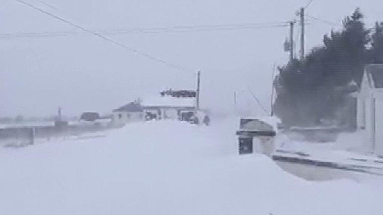 Sněhová bouře sužuje Irsko. Přívaly sněhu ochromily dopravu a zavály obchody