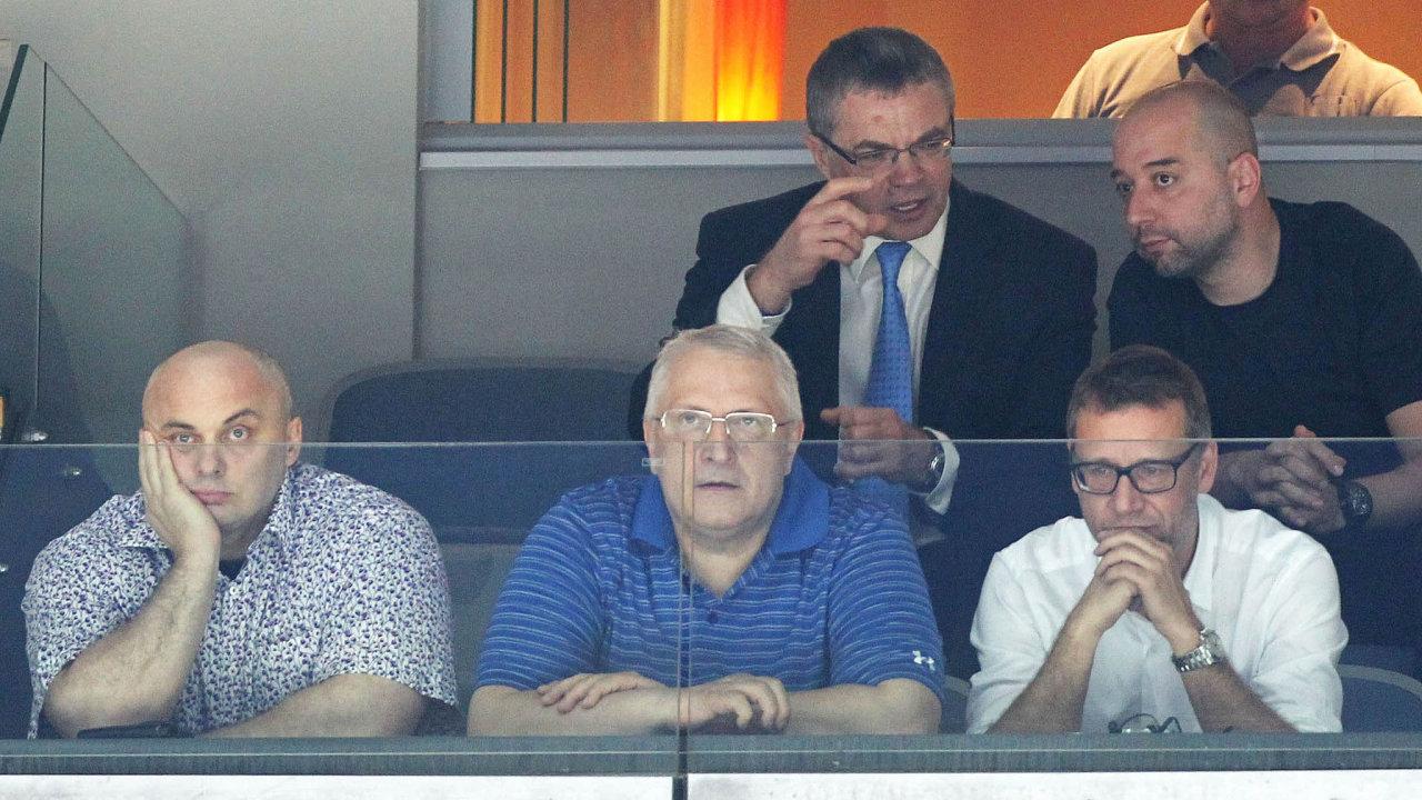 Petr Speychal (vlevo dole) vedle Antonína Charouze, nad nimi vbrýlích je tehdejší šéf exportní divize Gazpromu Alexander Medveděv při finále hokejové KHL vroce 2014.
