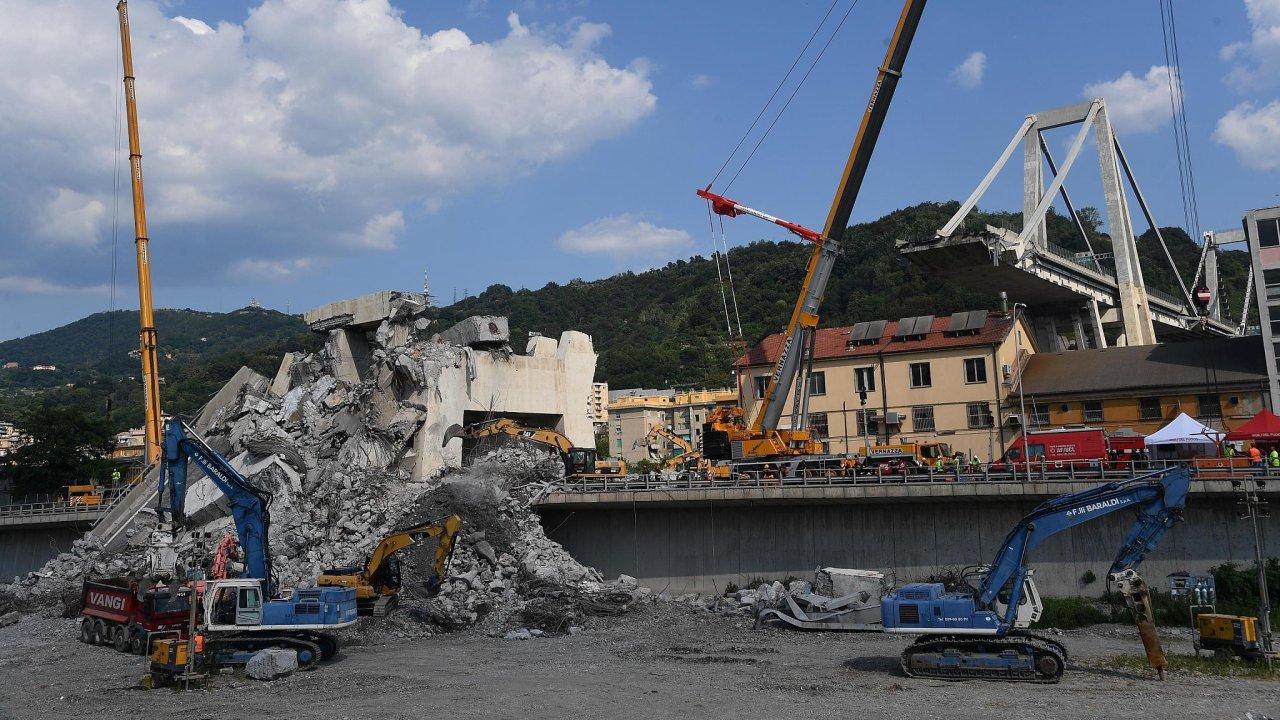 Bezpečnostní kamery zachytily pád dálničního mostu v Janově.