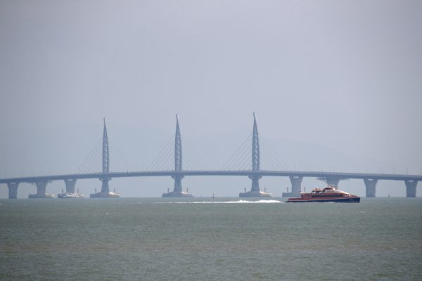 55 kilometrů dlouhý most spojuje čínská území Hongkong, Macao a město Ču-chaj v pevninské Číně.