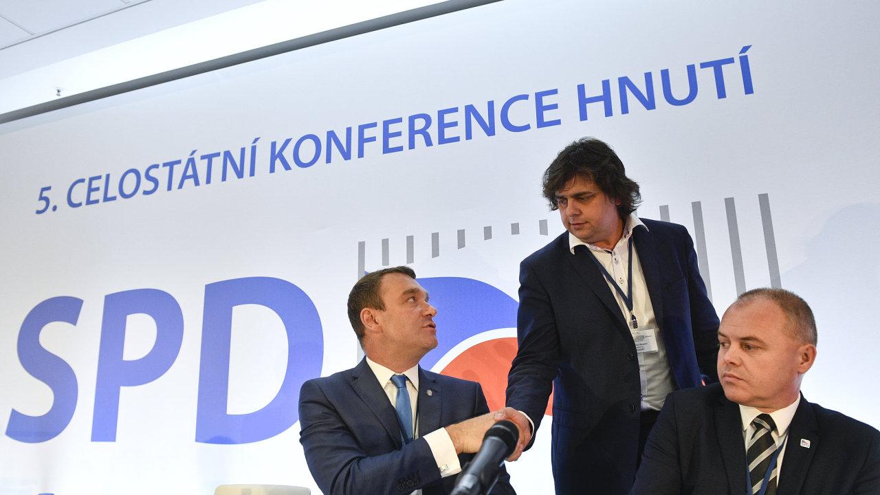 Členové předsednictva (zleva) Radim Fiala, Miloslav Rozner a Radek Rozvoral na celostátní konferenci hnutí Svoboda a přímá demokracie (SPD).