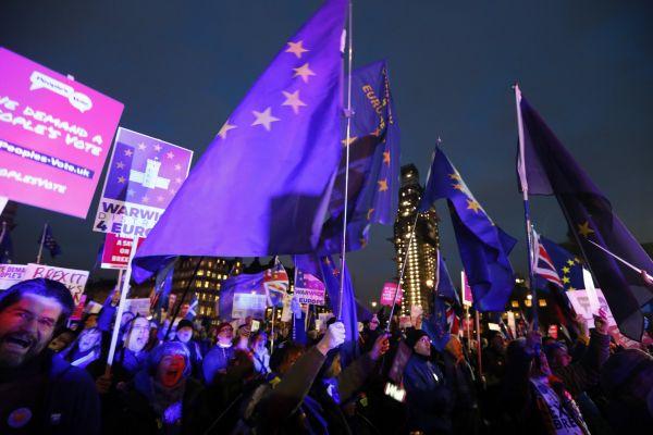 Hlasování o brexitové dohodě přitáhlo před Westminsterský palác stovky lidí z obou táborů debaty o odchodu z Evropské unie.