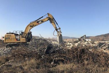 Demolice bývalého průmyslového areálu v Ostrově.