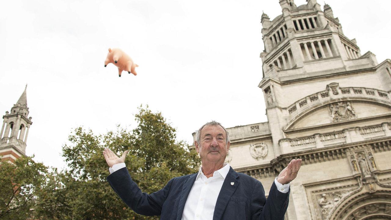 Někdejší bubeník kapely Pink Floyd Nick Mason (nasnímku před Viktoriiným aAlbertovým muzeem vLondýně) vystoupí příští čtvrtek vpražské Lucerně.
