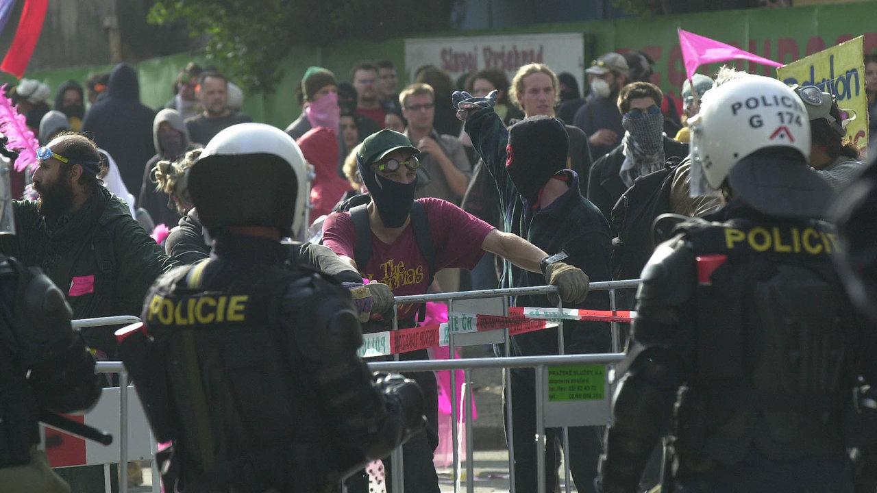 Zasedání Mezinárodního měnového fondu aSvětové banky v Praze v roce 2000 doprovázely bouřlivé antiglobalizační protesty, doprovázené bitkami s policií.