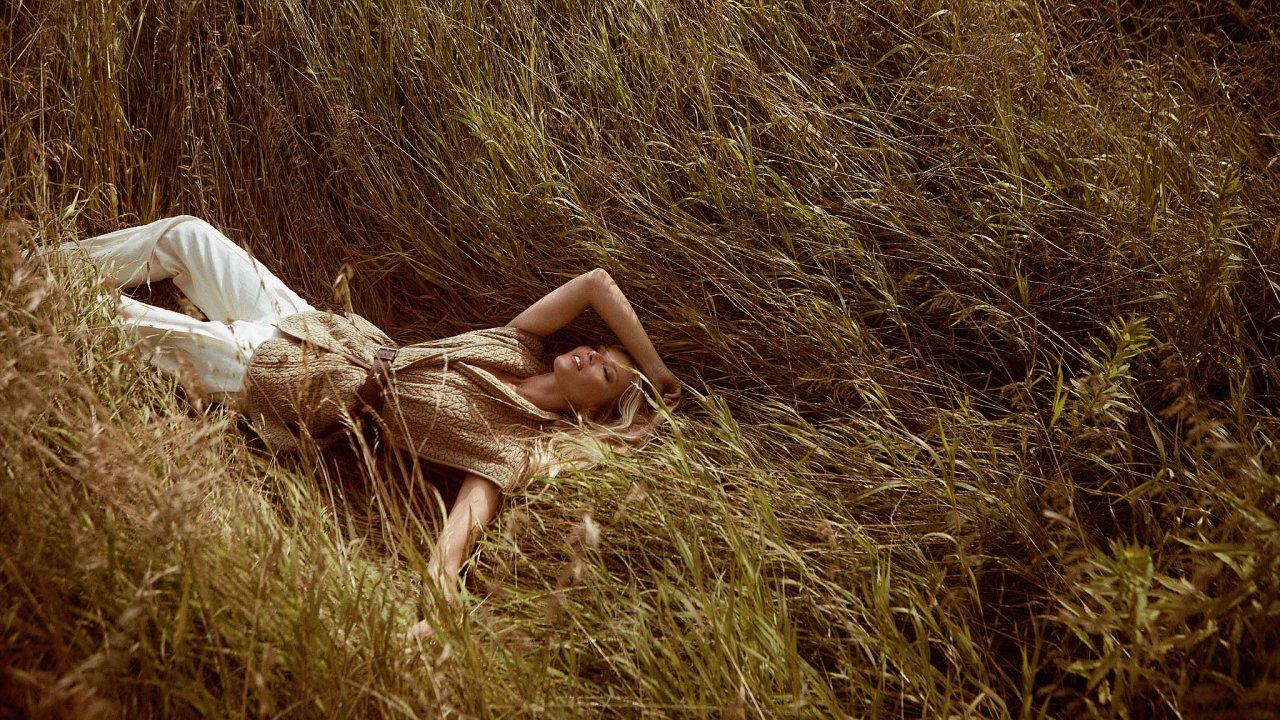 Vesta Isabel Marant, prodává Space; kalhoty Victoria Beckham, prodává The Store; pásek Brunello Cucinelli.