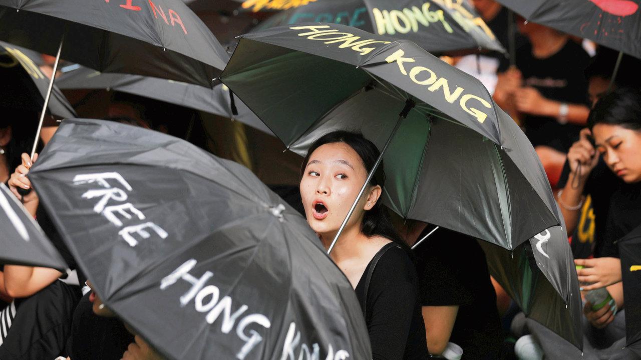 Demonstranti vHongkongu vědí, proti komu stojí. Spolupráce státního asoukromého sektoru vČíně přinesla rozvoj umělé inteligence, naníž je rozpoznávání obyvatel podle tváří ajejich sledování postaveno.