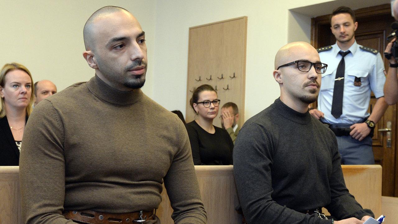 Bratry Aräshe (vlevo) a Armina (vpravo) Nahviovi odsoudil odvolací soud v Praze na 5,5 a 5 let vězení za napadení číšníka u obchodního centra Quadrio.
