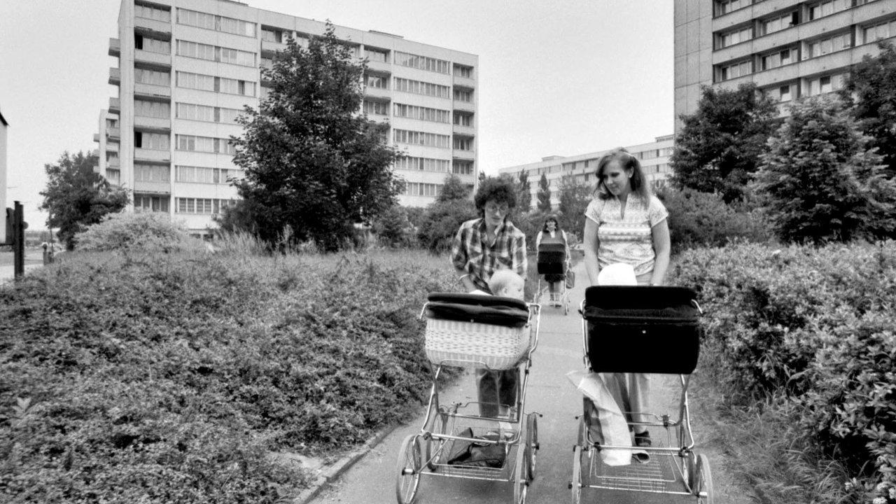 Zatímco v roce 1989 měly Češky i Slovenky první dítě po dvaadvacítce, roku 2018 překročil průměrný věk prvorodiček 28. rok života.