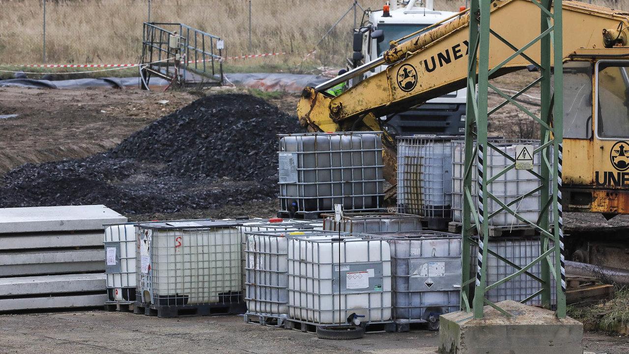 Areál společnosti Purum uHamru naJezeře sdesítkami kontejnerů plnými chemikálií se rozkládá mezi dvěma přírodními památkami Hamerský vrch aŠiroký kámen. Kolem vedou turistické trasy acyklostezka.