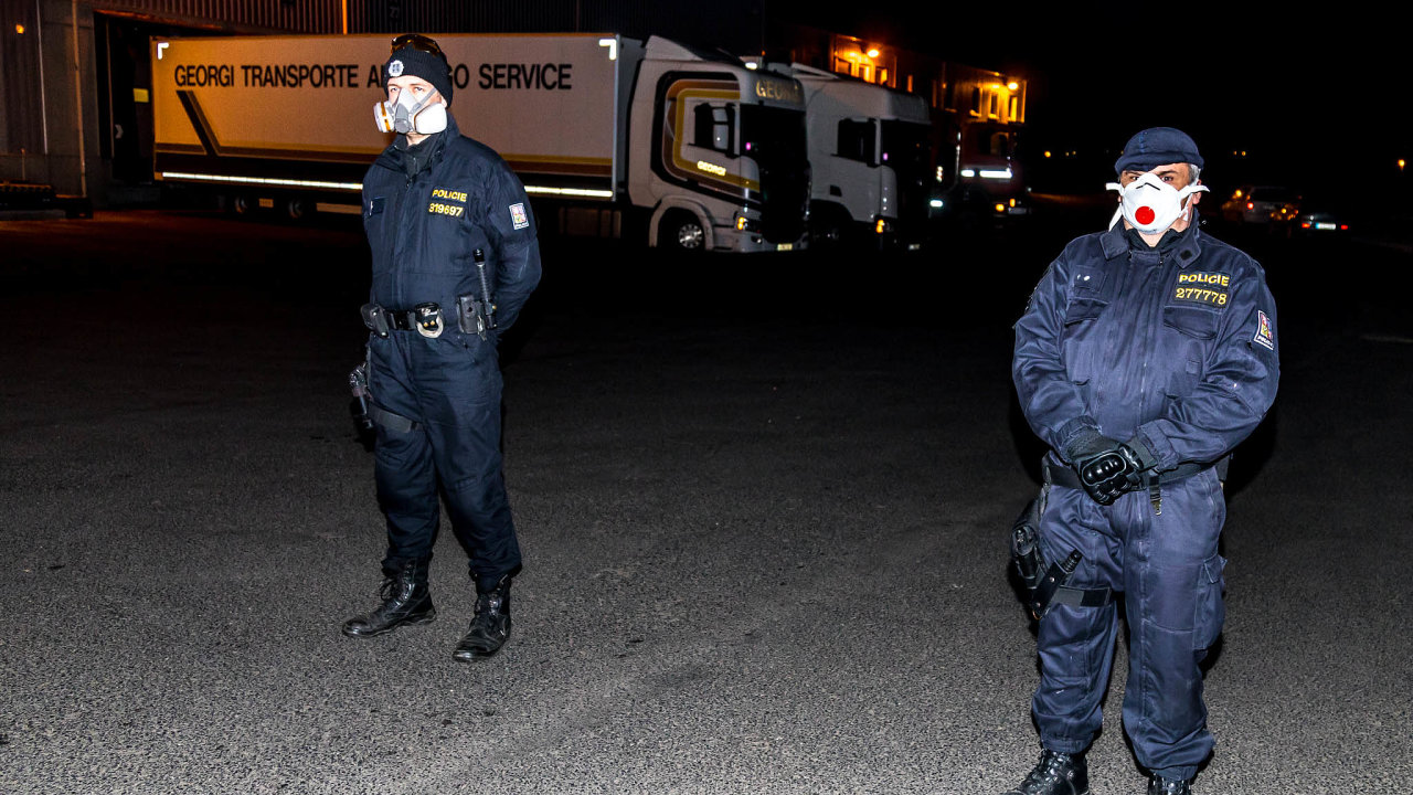 Policie vúterý večer zabavila zboží, které měla firma veskladě vprůmyslovém areálu vLovosicích.