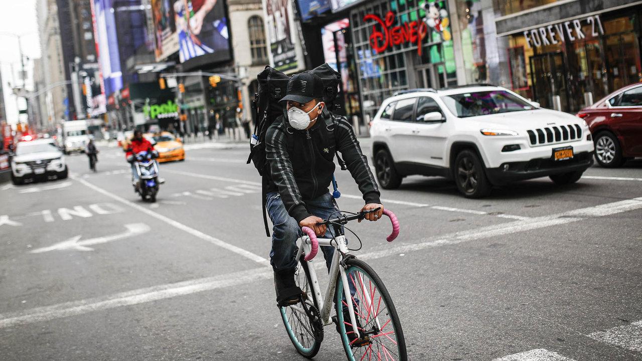 Chraňte se! VNew Yorku už vzali epidemii vážně. Když už někdo vyrazí doulic, chrání se rouškou.