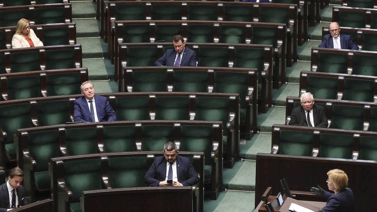 Jaroslaw Kaczyński ajeho Právo aspravedlnost se rozhodli právě teď změnit důležité zákony. Systém vzdáleného hlasování přitom příliš nefunguje akontrolní mechanismy ještě nejsou zavedeny.