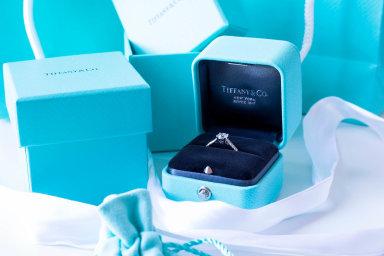 Čísla ohospodaření za první čtvrtletí vúterý představí investorům prodejce luxusních šperků Tiffany. Analytici očekávají, že prodeje azisk negativně zasáhla pandemie nákazy covid-19.