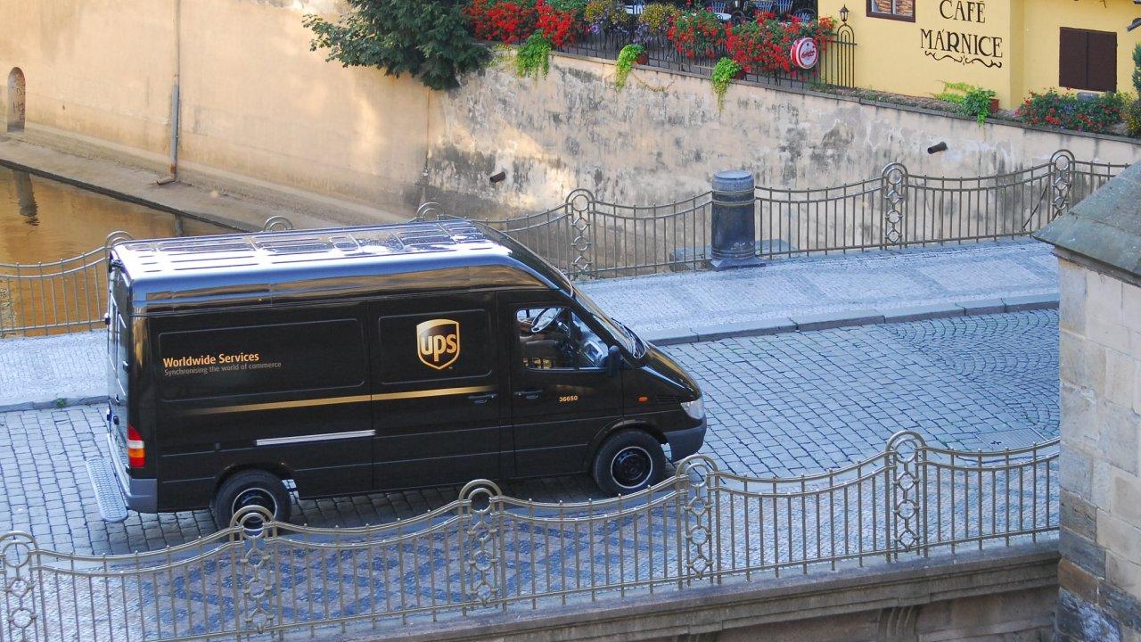 Společnost UPS se zabývá dodáváním balíků, působí ve více než 220 zemích světa včetně Česka.