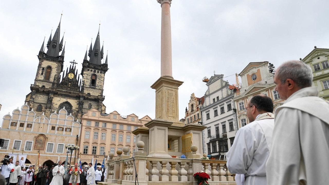 Plánované odhalení Mariánského sloupu v Praze vposledních dnech připomínalo tragikomedii, ato kvůli vzkazu budoucím generacím, který měl být vložen dosloupu.