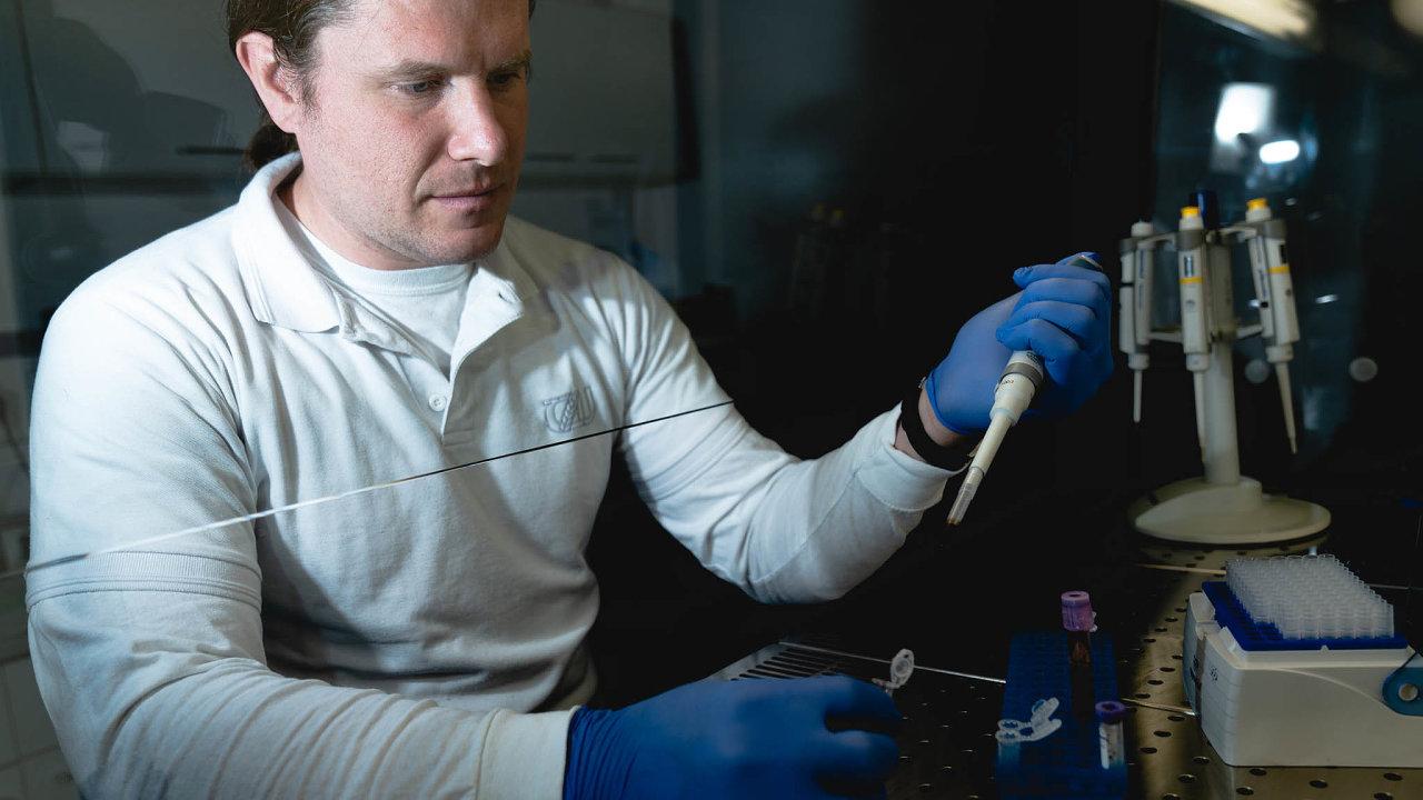 Riziko přenosu vobou směrech: Virolog Jiří Černý zvýzkumného centra ČZU tvrdí, že existuje riziko přenosu covidu-19 zezvířat nalidi izlidí nazvířata.