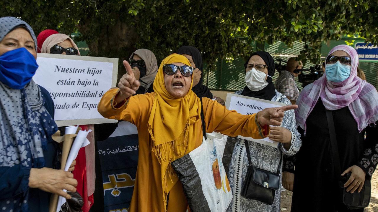 Výpadek turistů výrazně zhoršil situaci v Tunisku, které posledních deset let ekonomicky stagnuje. Řada Tunisanů proto protestuje. Snímek je z páteční demonstrace za uprchlé Tunisany ve Španělsku.
