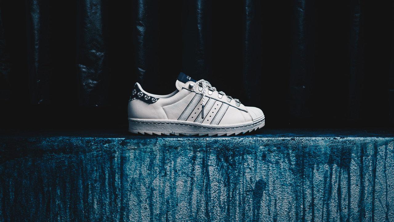 Českému prodejci tenisek a streetového oblečení Footshop se podařilo navázat jedinečnou spolupráci a s Adidasem vyrobí limitovanou edici bot Originals, jež budou zdobené textilem s modrotiskem.