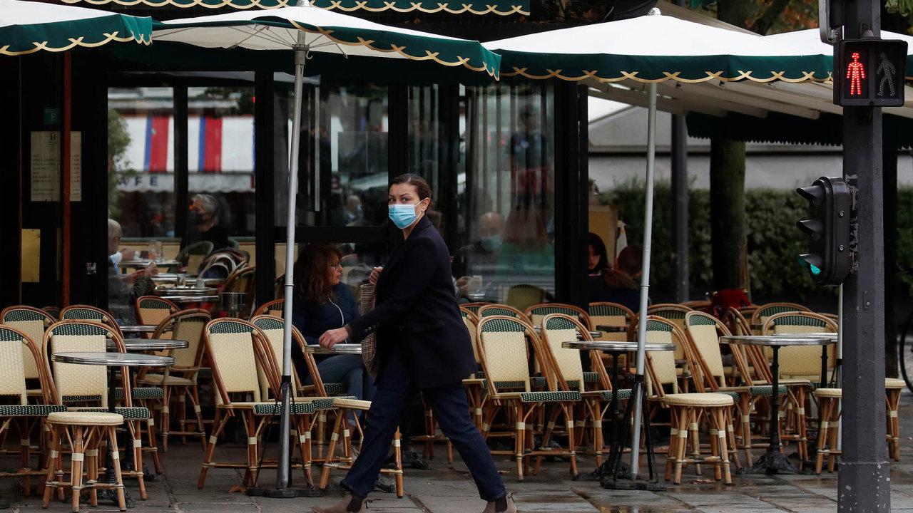 Na pařížské restaurace od úterý dopadly další restrikce. Oproti barům a kavárnám jsou na tom ale ještě docela dobře. Ty musely na dva týdny zavřít úplně.