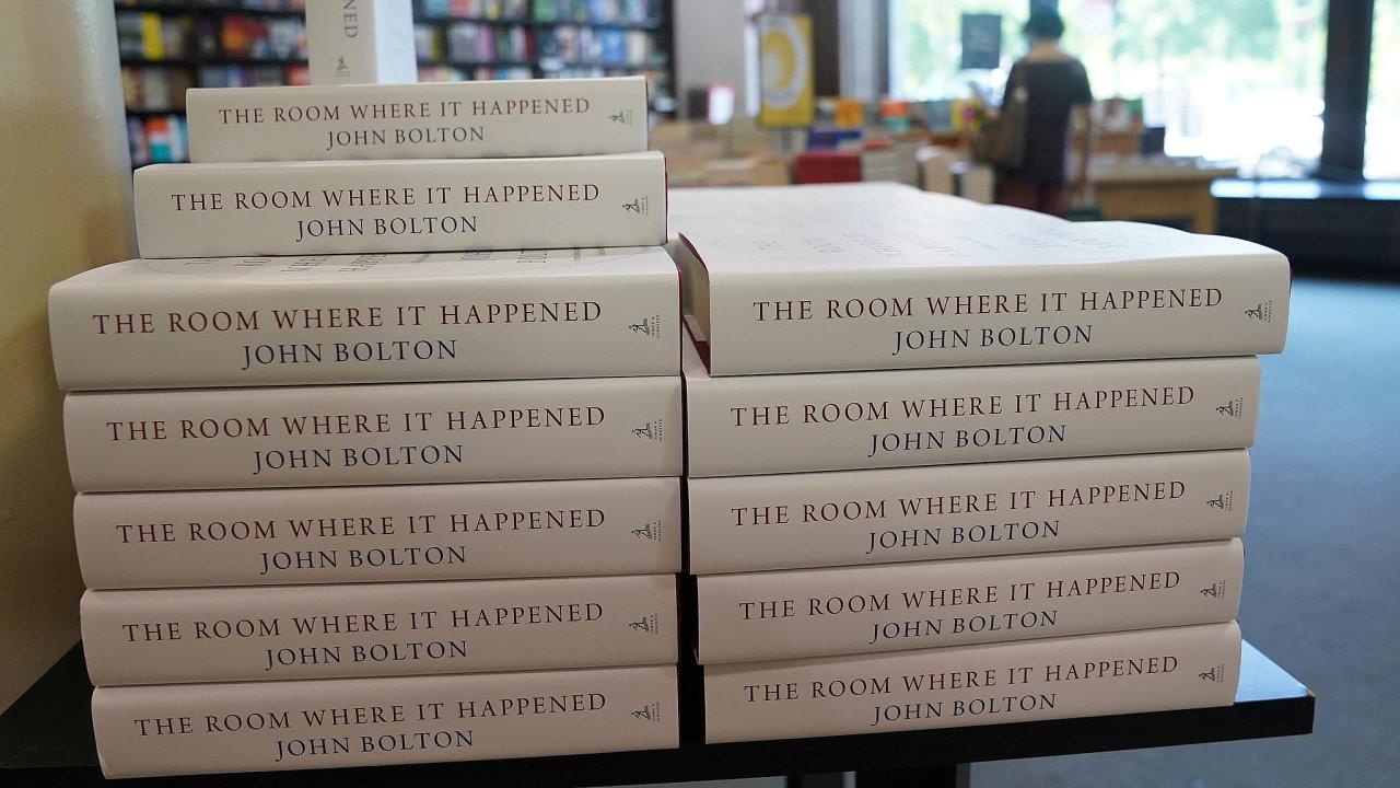Americká knihkupectví jsou plná literatury o politice a politicích, lidé ji nakupují nejvíc v historii.