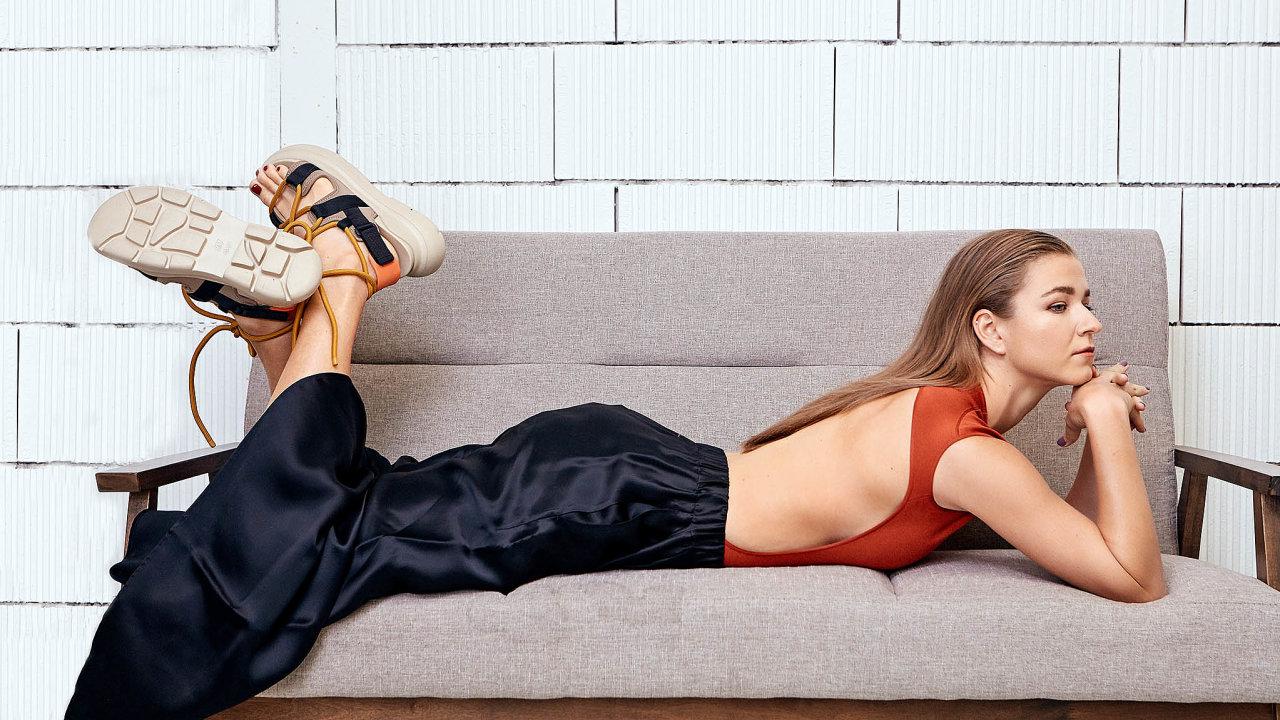 Top, Hermès; kalhoty, Maison Margiela, prodává Space Praga; obuv H&M