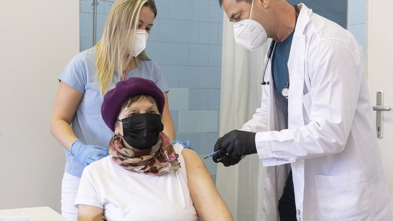 Maďaři díky ruským a čínským vakcínám už naočkovali čtvrtinu obyvatel. Na snímku lékař očkuje pacientku první dávkou Sputniku V v nemocnici ve městě Nyíregyháza na východě Maďarska.