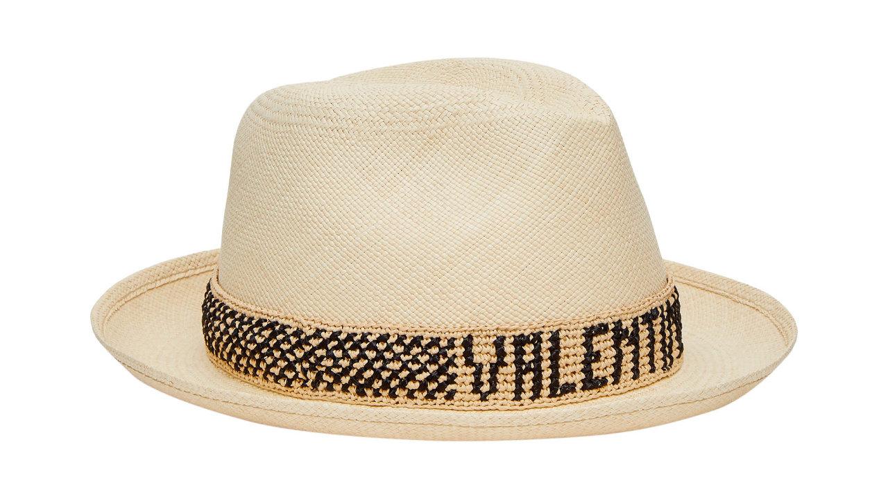 Klobouky Borsalino x Valentino jsou výsledkem spolupráce módního domu seslavnou italskou značkou klobouků. Podtrhují základní myšlenku kolekce Valentino Resort 2021 hlásající stylovou individualitu.
