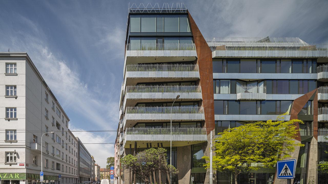 Holešovický dům architekta Stanislava Fialy vrcholí obytnou věží. Pod ustupujícím nárožím je kryté zákoutí, jež slouží jako vhodný bod ksetkávání.