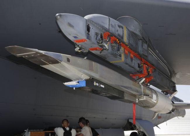 X-51A Waverider zavěšený pod křídlem bombardéru B-52