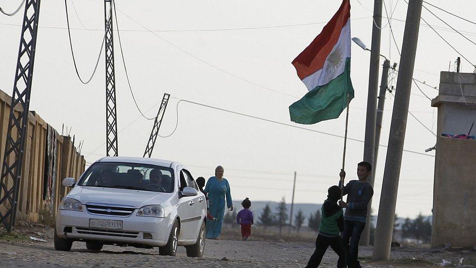 Dítě drží kurdskou národní vlajku ve městě Derik v Turecku
