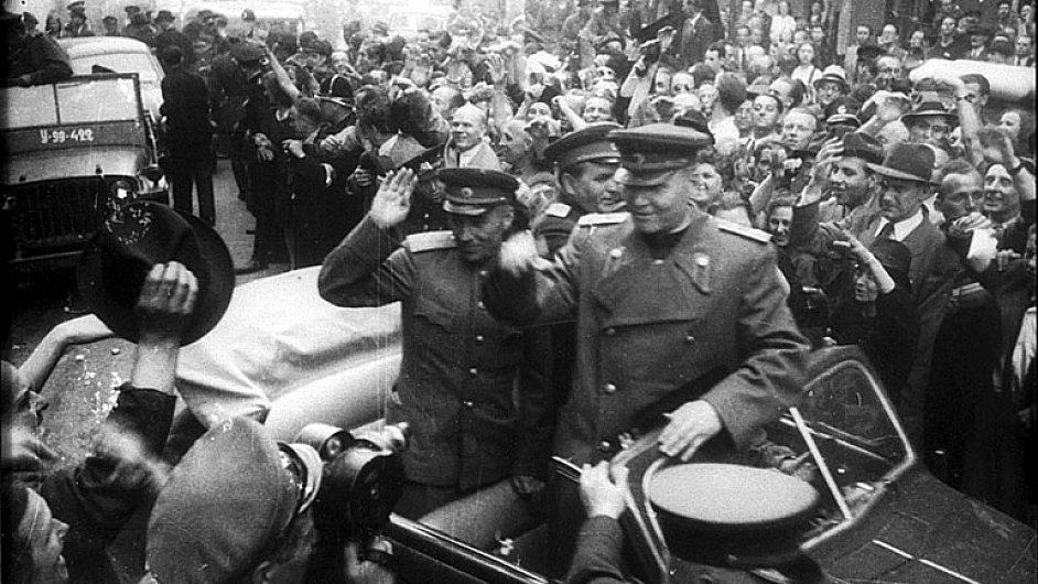 Sovětské tanky maršála Koněva vjely do Prahy v ranních hodinách 9. května 1945.