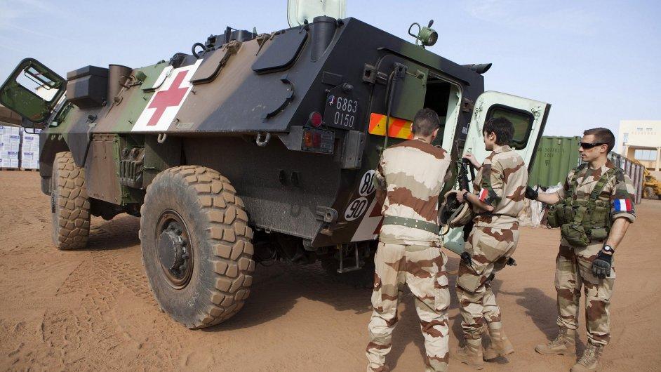 Francouzští vojáci na letišti v Bamaku