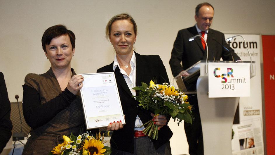Alena Sochorová ze společnosti Accenture s projektem Accenture Academy (vlevo) a Terezie Sverdlinová (Nadace Terezy Maxové dětem)