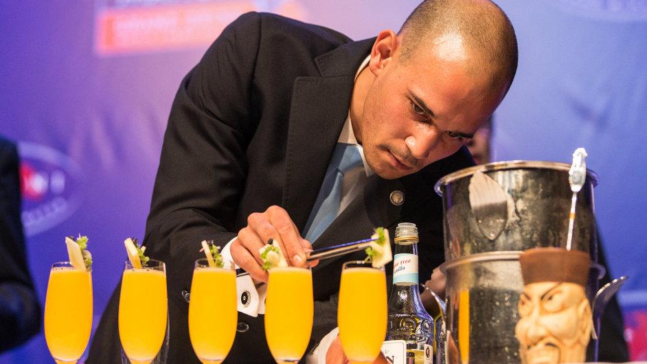 Špičkoví barmani se v Praze utkali o titul mistra světa v míchání nealkoholických koktejlů Mattoni Grand Drink 2013.