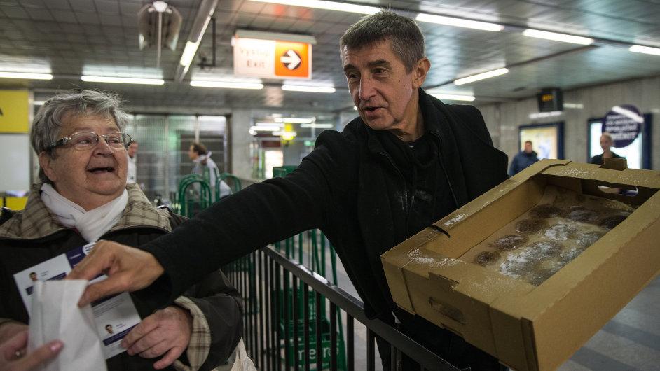 Andrej Babiš rozdává předvolební koblihy v pražském metru.