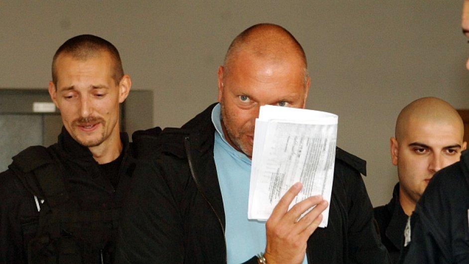 Na snímku (uprostřed) jeden z obžalovaných Toflova policejního gangu, bývalý vyšetřovatel brněnské hospodářské kriminální policie Miloš Almásy