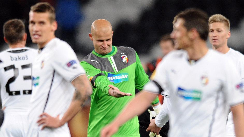 Plzeňský brankář Petr Bolek se raduje se spoluhráči z postupu do osmifinále Evropské ligy.