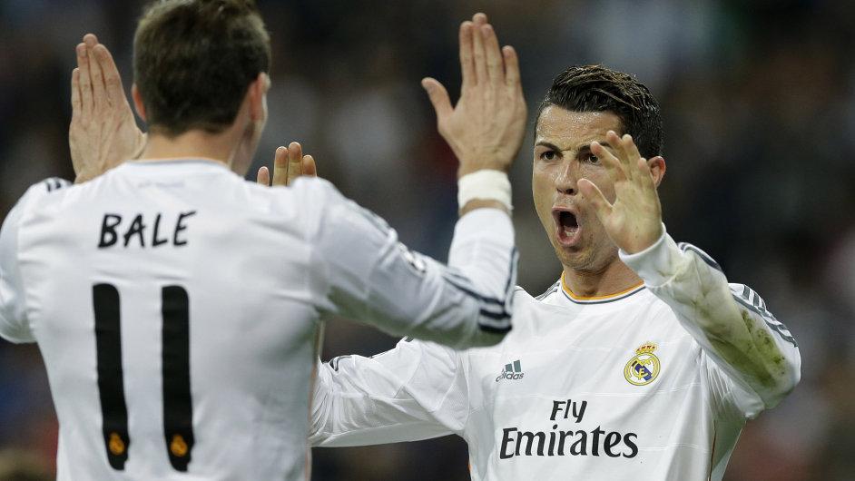 Gareth Bale (vlevo) a Cristiano Ronaldo slaví gól do sítě Schalke.