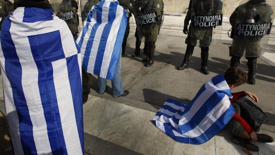 Demonstranti před budovou řeckého parlamentu v Aténách