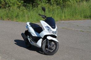 Skútr Honda PCX jezdí za pakatel. Facelift pro letošní rok ho ještě vylepšil