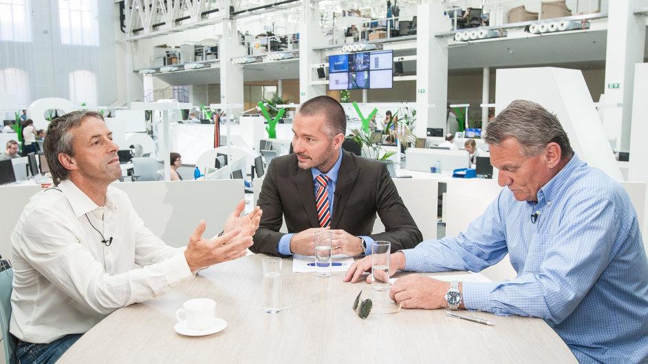 Bývalí primátoři Pavel Bém (vlevo) a Bohuslav Svoboda v debatě DVTV