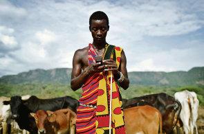 Týden Petra Koubského: Mobilů a moderních služeb přibývá i v poušti, buši a pralese