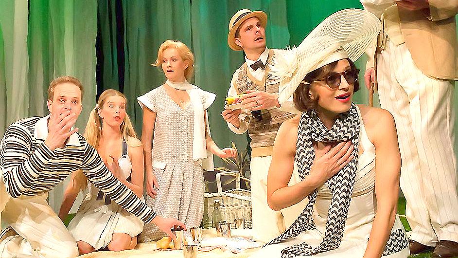 Snímek z inscenace Sex noci svatojánské v Divadle pod Palmovkou