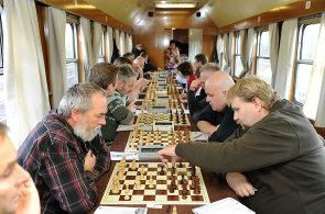 Figurky na kolejích. Cestující Šachového vlaku mají na partii 20 minut