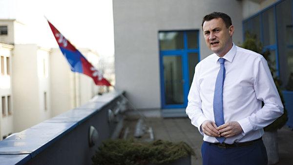 Samopal pro Zemana oslabil P�tovu pozici, na hejtmana ale kandidovat bude.