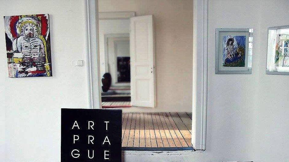 Snímek z příprav letošního ročníku Art Prague v Kafkově domě.