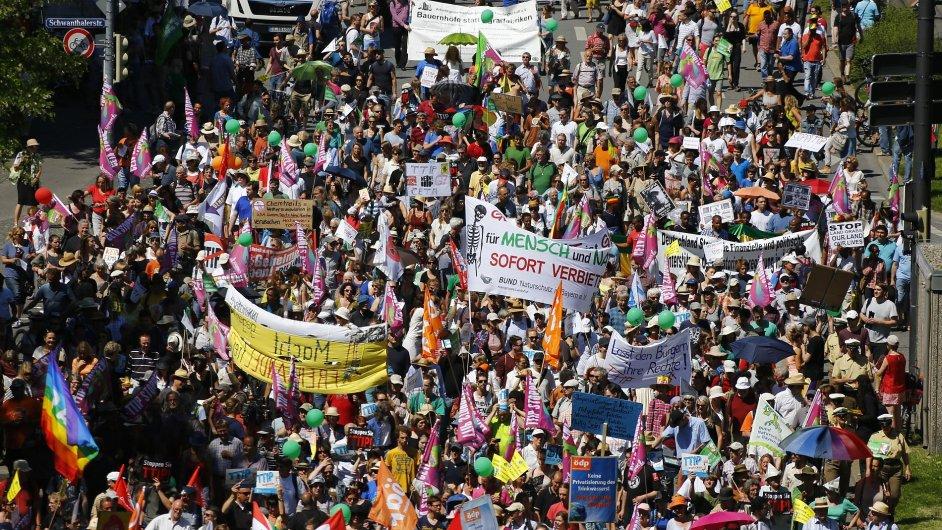 Proti summitu G7 demonstrovalo v Mnichově nejmíň 35 000 lidí.