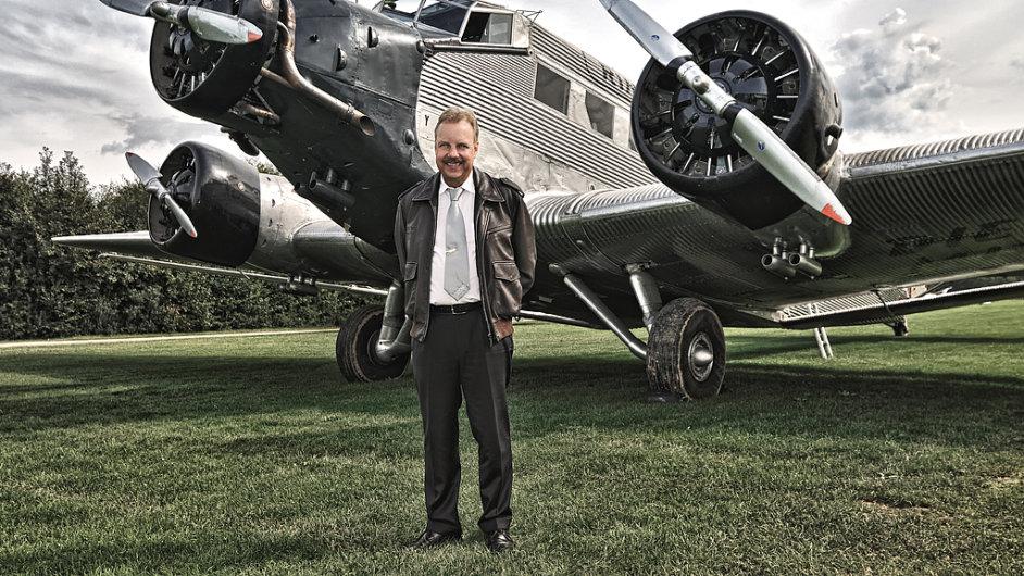 Dieter Morszeck, majitel rodinné firmy Rimowa, u svého oblíbeného letadla Junkers Ju 52