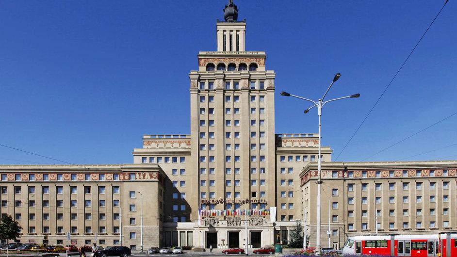 Dejvický hotel, připomínající Lomonosovovu univerzitu, je příkladem stalinské architektury v českém provedení. Luxusní hotel s vysokou špicí s rudou hvězdou se otevřel v roce 1955.